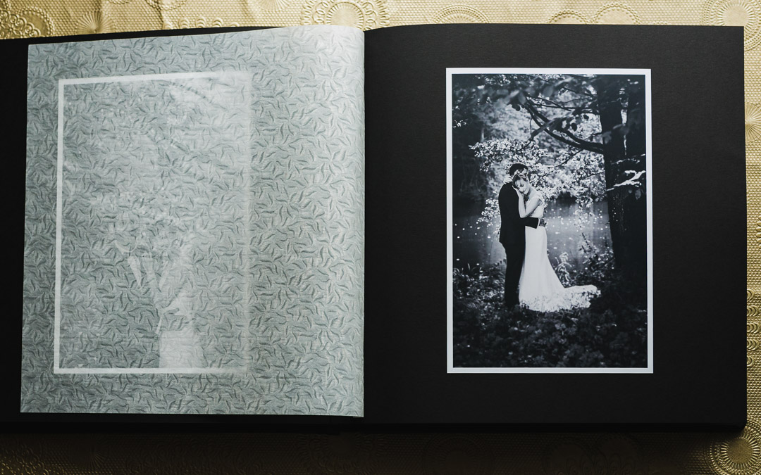Tradycyjny album fotograficzny z czarno-białym zdjęciem ślubnym