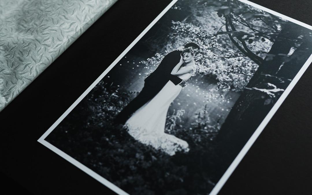 Zdjęcie ślubne w tradycyjnym albumie fotograficznym