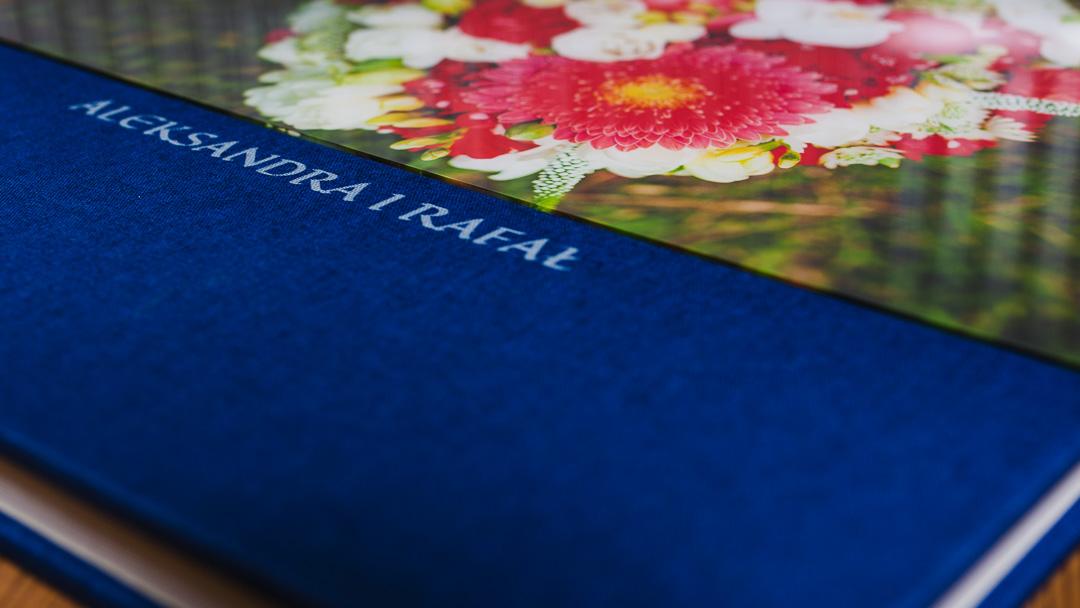 Akryl i napis na okładce albumu ślubnego