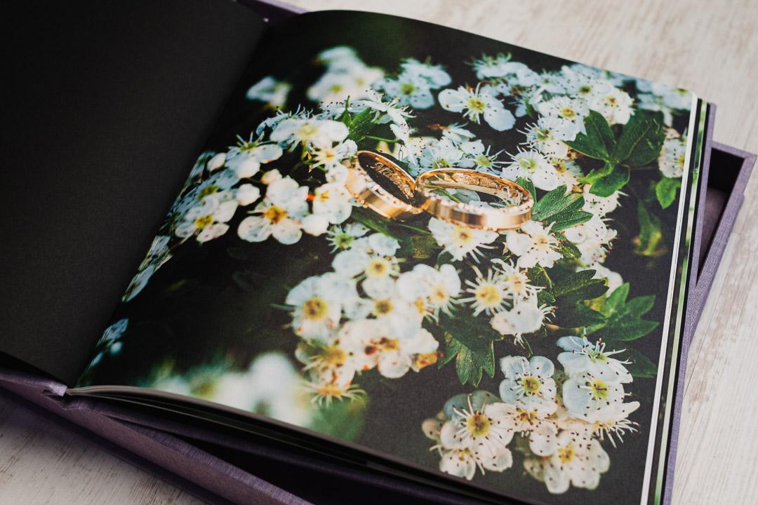 Obrączki ślubne na zdjęciu w albumie